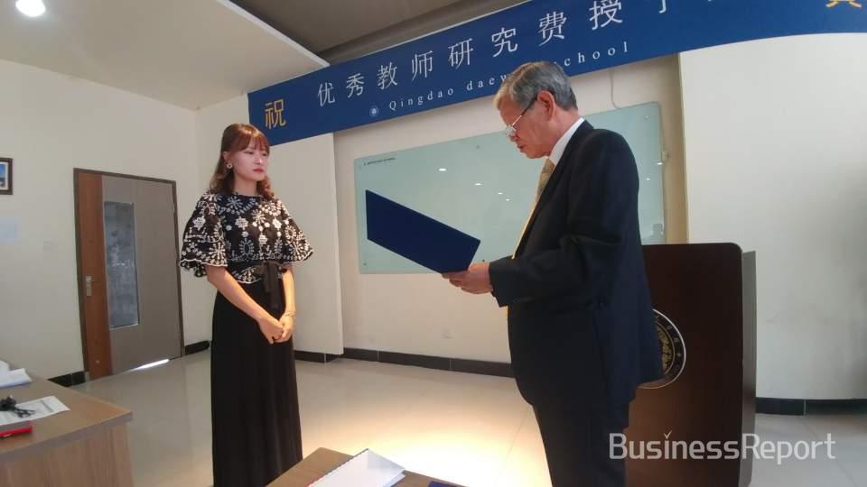 영어과를 담당하는 권지혜 선생님이 우수 교사상을 수상하고 있다.