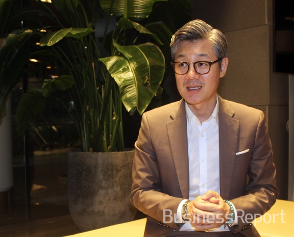Kim Yang-hoon, CEO of Inflat Bio, is explaining future plans in the interview with [Business Report].