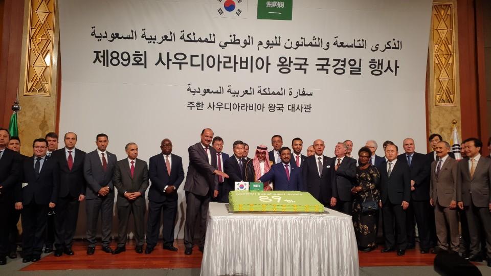 리야드 알무바라키 주한 사우디아라비아 대사가 18일 서울 중구 롯데호텔에서 열린 제89회 사우디아라비아 왕국 국경일 행사에서 정경두 국방부 장관 등과 함께 케이크를 자르고 있다./Saudi Arabia's Ambassador to Korea Riyadh Al-Murabaki cuts a cake with Defense Minister Jeong Kyeong-doo at the 89th National Day event of Saudi Arabia's Kingdom held at Lotte Hotel in central Seoul on Sept. 18.